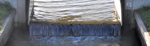 Op veel plaatsen stroomt het water om de hoogte te reguleren