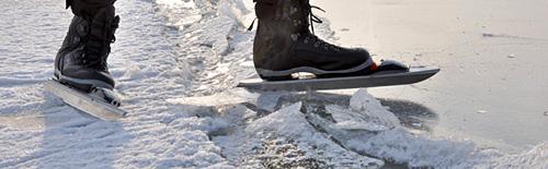 Ongelijk ijs; geen probleem voor de Zweedse klunschaatsen