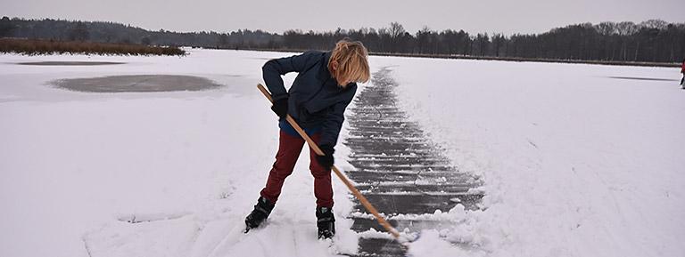 sneeuw ruimen om nog een rondje te schaatsen