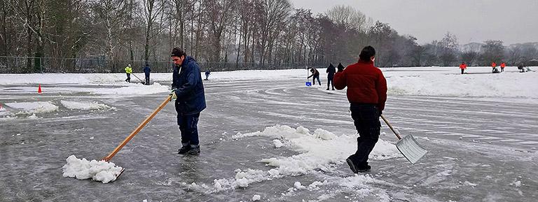 sneeuw schuiven op natiuurijs 't Harde schaatsen